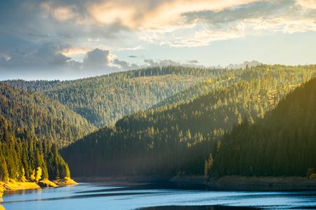 Embalse del lago de almacenamiento en la montaña. hermoso paisaje otoñal al amanecer Foto de archivo