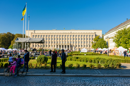 Uzhgorod, Ukraine - SEP 28, 2018: Czech days in TransCarpathia festival. 100 year celebration of Czechoslovakia declaration in 1918. Ukrainian and European flag. Regional Administration building in the distance. 新聞圖片