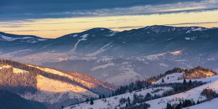 lever de soleil d'hiver dans les montagnes. beau pays des merveilles des Carpates. campagne avec des collines enneigées. bonjour merveilleuse nature Banque d'images