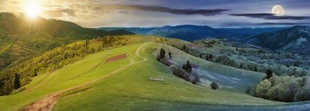 panorama del cambio de hora de día y noche sobre el campo. camino por las colinas rurales cubiertas de hierba rodando en la distancia. Ridge debajo de un cielo nublado con sol y luna en primavera
