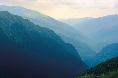 Bergrücken an einem bewölkten Tag. schöne Natursommerlandschaft im Fagaras-Gebirge, Rumänien. Konzept der Outdoor-Aktivität bei jedem Wetter. schöner Reisehintergrund Standard-Bild