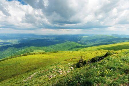 paysage de montagne par temps nuageux. sentier à travers la prairie herbeuse. crête de montagne au loin. temps orageux en été Banque d'images