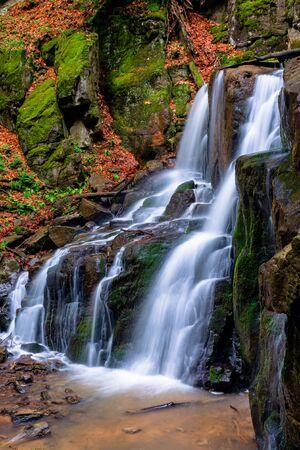 cascada skakalo en los bosques de transcarpatia. La rápida corriente de agua corre por las enormes rocas. agua clara de la naturaleza de los Cárpatos en primavera. larga exposición Foto de archivo