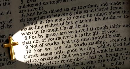 近くに十字架、James 欽定エペソ 2 8 のライトアップ