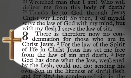 ローマ人への聖書の一節、十字架でライトアップ