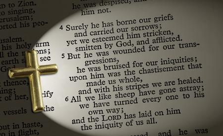 聖書の一節イザヤ 53: 4-6、十字架でライトアップ 写真素材