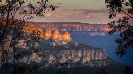 Three Sisters, at Katoomba, in the Blue Mountains, Australia. Captured at sunset. Imagens - 48015112