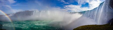 虹とカナダのナイアガラの滝のパノラマ 写真素材