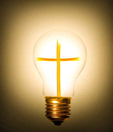 arrepentimiento: la idea de la cruz del cristianismo que proporciona la luz como una bombilla Foto de archivo