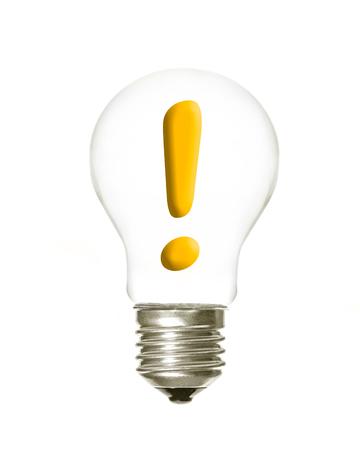 白い背景の中の感嘆符と電球