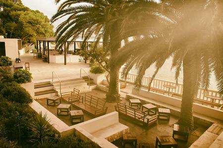 Beach Bar en puesta del sol bajo las palmeras Foto de archivo