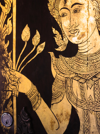 hombre pintando: La puerta en un templo en Chiang Mai, Thaialnd Foto de archivo