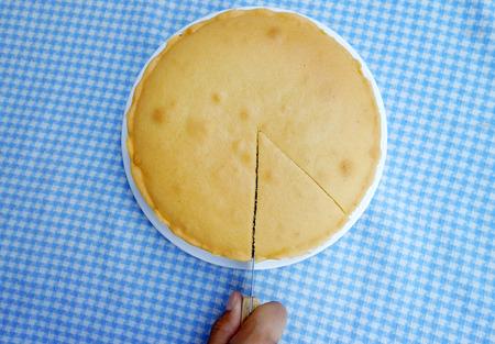 バター ケーキを切る