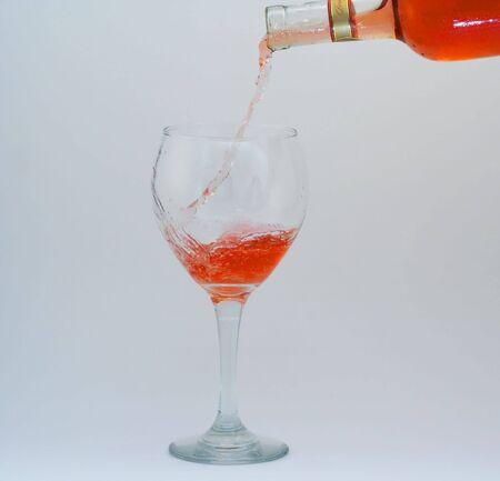 Geïsoleerde wijn gegoten glas Stockfoto - 507302