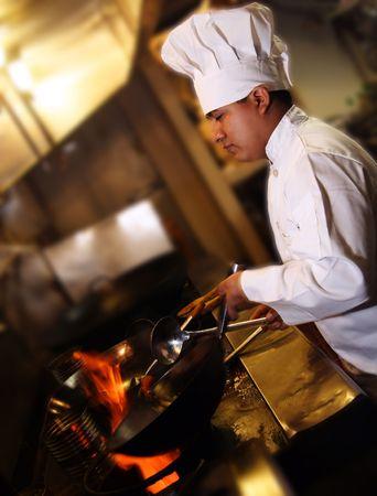 chef cocinando: cocinero que cocina mirar de lado