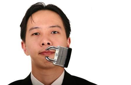 or lock up: joven hombre de negocios de cerca con la boca cerradas representan el silencio y la restricci�n de uso de la palabra  Foto de archivo