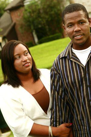 couple fach�: African American couple a un combat apr�s la marche sur l'ext�rieur. se concentrer sur la femme