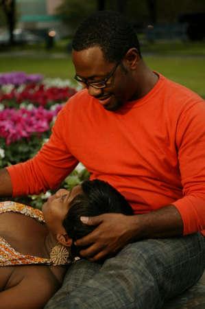 intymno: African American para o rozmowę w parku mocno przycięte, aby pokazać intymność Zdjęcie Seryjne