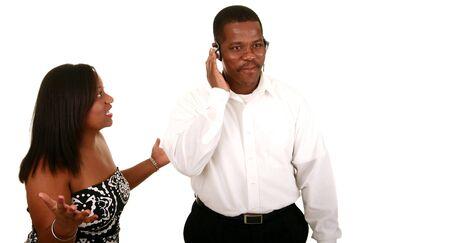 novios enojados: African American hombre escuchando m�sica al mismo tiempo su esposa tratar de hablar con �l