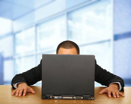 Un hombre mirando al ordenador portátil en su gran contemporáneo de espacio de oficina  Foto de archivo - 2714476