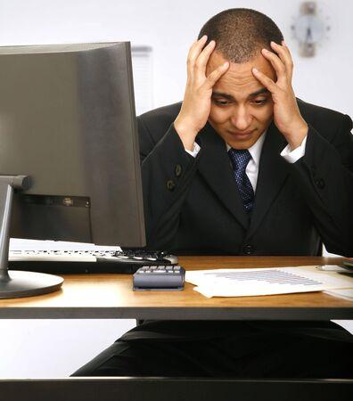 Un empleado estresado la celebración de su cabeza con un poco de tiempo detrás de él con un tiempo para bajar  Foto de archivo - 2809268
