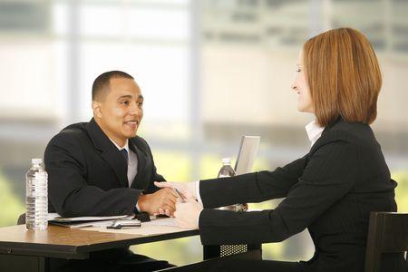 Dos personas agitando la mano sobre la mesa. se centran en la mujer. concepto de negocio, el trabajo en equipo, la venta o el acuerdo  Foto de archivo - 2891151