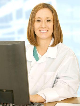 uniforme medico: joven y bonita rubia en uniforme m�dico y ver sonre�r a la c�mara