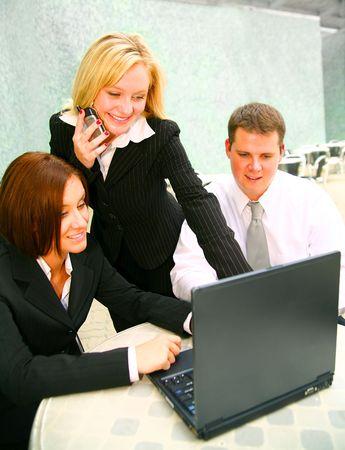 Rubia mujer de negocios que presenten los proyectos en su portátil y hablando por el teléfono al mismo tiempo  Foto de archivo - 3447964
