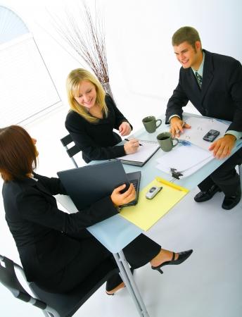 Feliz caucasian gente de negocios trabajando juntos como un equipo. mujer de negocios de presentar un ordenador portátil a sus otros dos compañeros de trabajo  Foto de archivo - 3626321