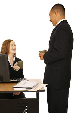 office break: disparo aislado de la gente de negocios la celebraci�n de taza de caf� y sonriendo. concepto de oficina de descanso, la hora del almuerzo, o la oficina de chat