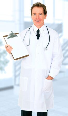 caucasian senior doctor showing happy expression showing blank empty report on clipboard Banco de Imagens