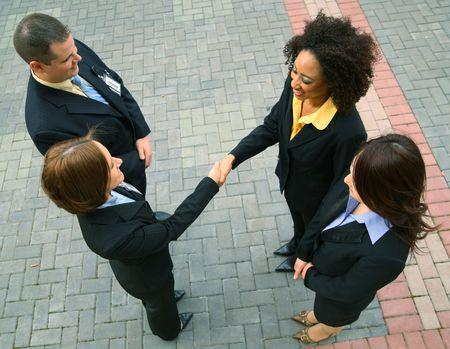 多様性ビジネス人々 のグループは、ビジネス契約をしています。白人、黒人、アジア