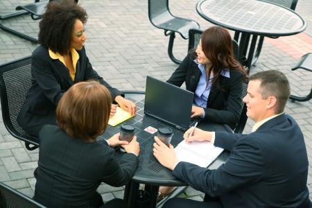 discutere: gruppo di uomini d'affari hanno la diversit? un business parlare. Caucasian, African American, asian