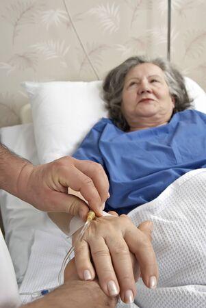 Adulto mayor ayuda en el hospital Foto de archivo - 15159072