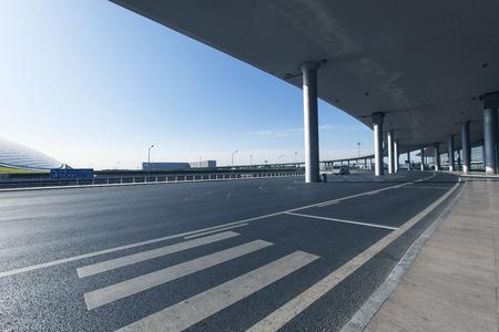 paso de peatones:  beijing capital international airport crosswalk Foto de archivo