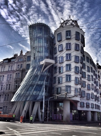 the dancing house: Casa Danzante en Praga Foto de archivo
