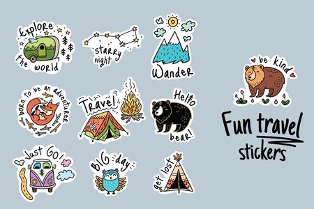 Divertidas pegatinas de viaje y parches para grandes aventuras. Ilustraciones de vectores aislados para acampar y al aire libre. Ilustración de vector