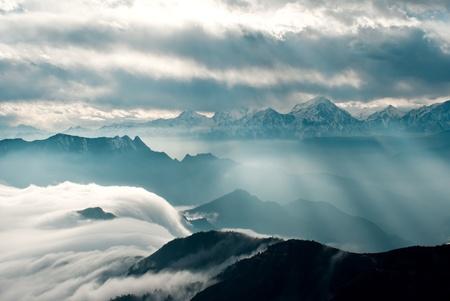 L'ouest du Sichuan, en Chine, des bovins de montagne nuage chutes