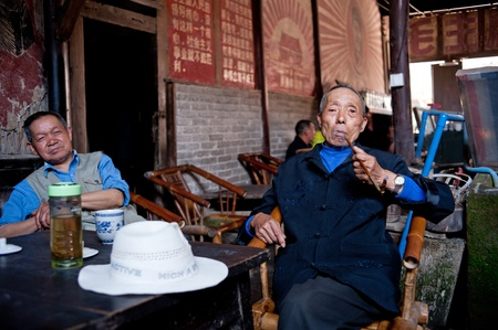 CHENGDU,CHINA-APRIL 24, 2011:The unnamed man in the famous PENG Zhen old teahouse tea, teahouses in Chengdu Shuangliu town 300 years of history, April 24, 2011 Stock Photo - 12768585