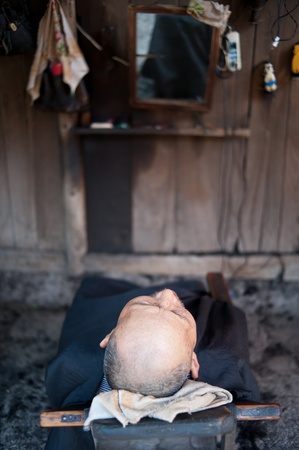 CHENGDU,CHINA-APRIL 24,2011: The nameless old man is in hairdressing,in shuangliu,chengdu,china, April 24, 2011,