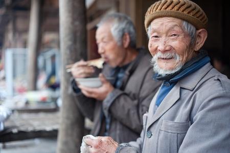 Sichuan, en Chine-AVRIL 4,2010: inconnue visage vieil homme souriant la cam�ra, Avril 4,2010, la province du Sichuan, en Chine, l'homme de la r�gion vieille aucun soin homme, les enfants travailler ailleurs