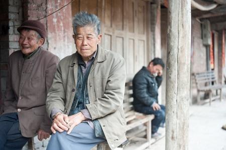 사천, 중국 -4 월 4,2010 : 이름없는 노인이 카메라에 웃 고, 혼자 사는 지역 노인, 분야에 종사하는 어린이, 사천, 중국, 2010년 4월 4일 에디토리얼