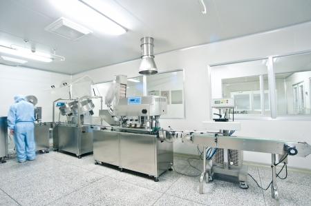 linea de produccion: Los t�cnicos que trabajan en la l�nea de producci�n farmac�utica