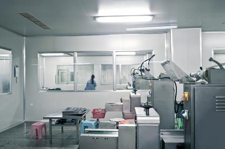 Les techniciens qui travaillent dans la ligne de production pharmaceutique