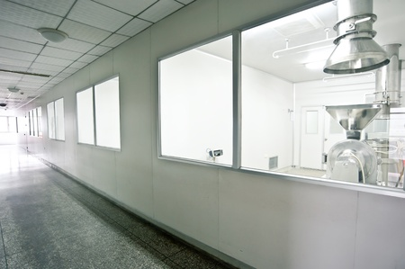 Les techniciens qui travaillent dans la cha�ne de production pharmaceutique