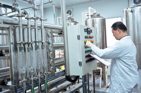 Technicien d'usine pharmaceutique au travail Banque d'images
