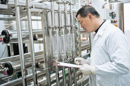 Technicien usine pharmaceutique au travail Banque d'images