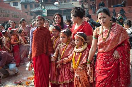 KATHMANDU, NEPAL-7 f�vrier un groupe d'hommes non identifi�s, � la c�r�monie de prise plaza adulte fille, Katmandou, au N�pal, 7 F�vrier 2012, la c�r�monie est sur l'histoire de plus de 500 ans �ditoriale
