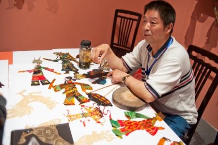 puppetry: Chengdu, China, 27 de mayo de 2012: Festival Internacional de T�teres 21 abri� sus puertas en Chengdu, exhibiendo m�s de 100 piezas de teatro de marionetas en 45 pa�ses de todo el mundo, est�n haciendo juego de sombras artista chino, celebrado por primera vez en China, Chengdu, mayo de 2012. Foto de archivo
