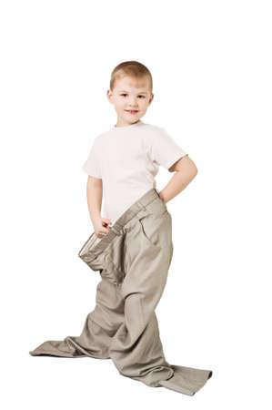 przewymiarowany: To zdjęcie pokazuje chłopca w spodniach ojca Zdjęcie Seryjne